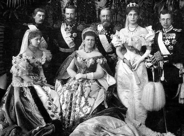 Bambina con Regina Vittoria